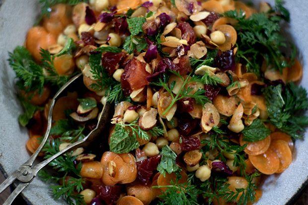 Το πιο γοητευτικό κομμάτι όταν ετοιμάζουμε σαλάτες τον χειμώνα είναι η σύνθεση των χρωμάτων τους, σε πλήρη αντίθεση με το μονότονο, καθημερινό γκρι - του καιρού και της διάθεσής μας. Το πιο συναρπαστικό, ότι γίνονται άκρως δελεαστικό καταφύγιο για τα πολύτιμα, αλλά όχι και τόσο δημοφιλή, όσπρια.