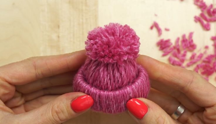 Elle fait des noeuds de laine sur un rouleaux de papier, le résulta est incroyablement mignon! - Bricolages - Des bricolages géniaux à réaliser avec vos enfants - Trucs et Bricolages - Fallait y penser !