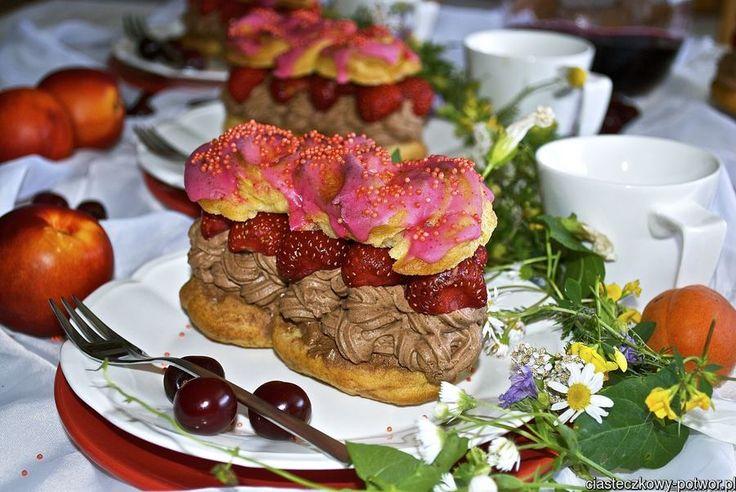 Eklerki z czekoladową pianką i truskawkami