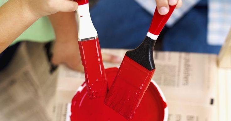 """Manualidades de preescolar con el color rojo. Cuando planees manualidades para el tema color rojo piensa en proyectos de arte comunes, pero utiliza solamente suministros rojos. Complementa la experiencia de aprendizaje con libros acerca de colores, como """"Mouse Paint (Pintura de ratón)"""" por Ellen Stoll Walsh o """"White Rabbit's Color Book (Libro de color de El conejo blanco)"""" por Alan Baker. ..."""