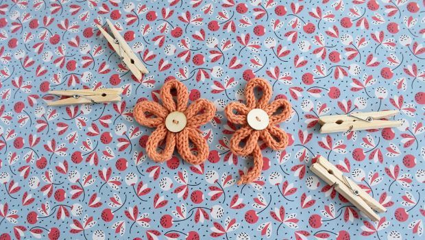 Why should knitters let crocheters have all the fun with appliques and upcycling old things into fun new things? Make an i-cord flower this week and update