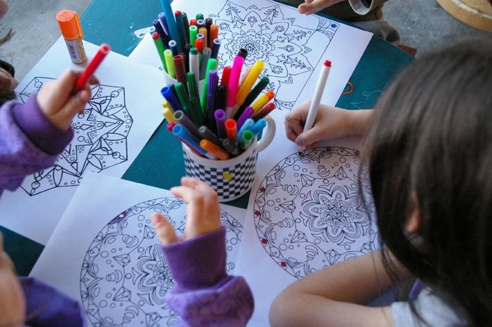 con los niños pintando mandalas en el taller ...