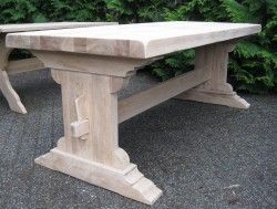 Een greep uit de collectie van de reeds gerenoveerde tafels.