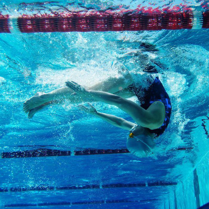 Dez motivos para você adotar a natação de vez: não é à toa que dizem que a natação é um esporte completo. Os movimentos feitos dentro da água são mais do que uma forma de relaxar e entrar em forma: há inúmeros benefícios para o corpo e a alma. E o melhor: você pode praticá-la a qualquer momento, em qualquer idade, e de acordo com o seu nível de condicionamento físico.