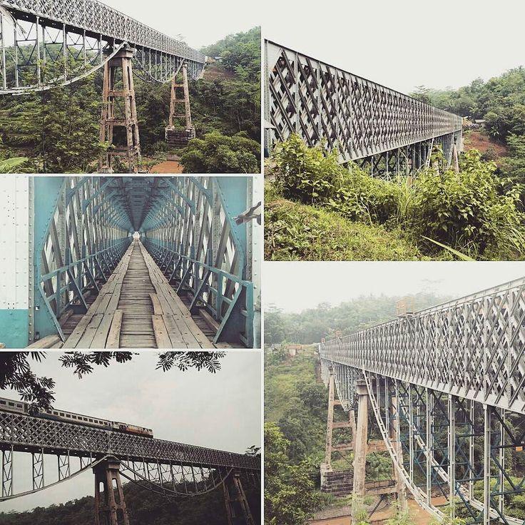 @Regrann from @sejarahbandung -  Cirahong berasal dari 2 kata yaitu 'ci' yang berarti air dan 'rahong'' yang berarti tebing batu tegak yang di bawahnya mengalir sungai. Jembatan Cirahong adalah jembatan kereta api di atas sungai Citanduy yang memisahkan kab Ciamis dan kab Tasikmalaya.  Dengan panjang jembatan 200 m dan tinggi 46 m jembatan ini didirikan sekitar tahun 1893 bersamaan dengan pembangunan jalur Tasikmalaya Kasugihan yang berjarak 118 km dan dibuka 1 November 1894.  Jembatan ini…