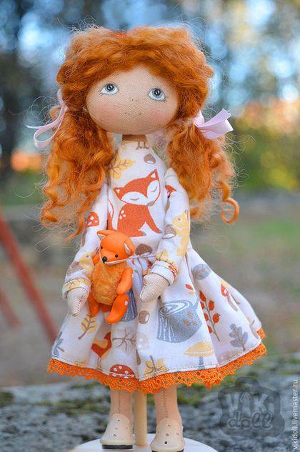 Купить или заказать Текстильная кукла Сонечка (Резерв) в интернет-магазине на Ярмарке Мастеров. Милая девочка Сонечка с любимым лисенком, ищут новый дом. Сшита из хлопка, платье американский хлопок, волосики овечьи кудряшки, сама не стоит деревянная подставка прилагается, готовые мини туфельки снимаются, мини лисенок сшит животик из винтажного плюша, мордочка, лапки и хвостик сделаны из полимерной глины. (лапки двигаются) Рост 18см. (рост лисенка 4см.) Сделана с большой любовью!