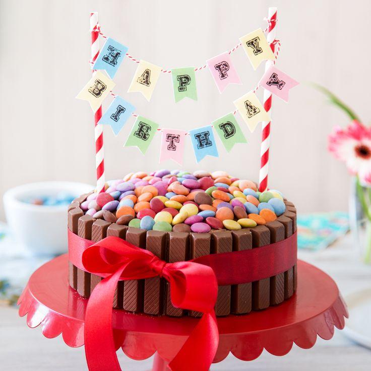 Die riesige Schokoladentorte ummantelt mit knusprigem KitKat, getoppt mit vielen bunten Smarties lässt nicht nur Kinderaugen starhlen.