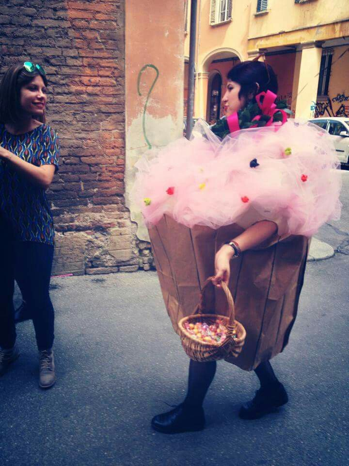 Adorable muffin. In Bologna it's a tradition to mask the gradueted one the day he or she takes th degree! Here is me, a giant cupcake created by my best friend!