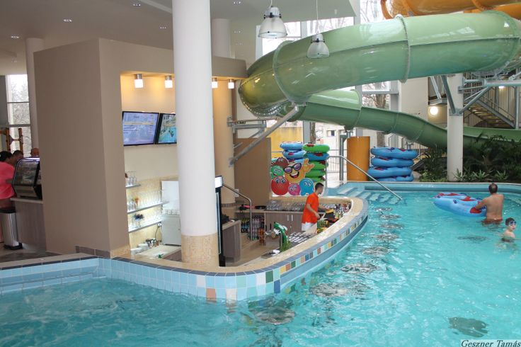 A felnőtt generáció teljes körű kiszolgálásnak érdekében vízi bár is kiépítésre került. Így kellemes környezetben, a medencében ülve fogyaszthatja el a kedves Vendég kedvenc koktélját.