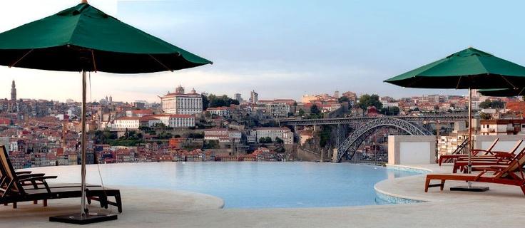 A piscina do The Yeatman Hotel com uma vista deslumbrante sobre o Porto