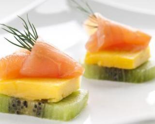 Bouchées apéritives au saumon fumé, kiwi et mangue : http://www.fourchette-et-bikini.fr/recettes/recettes-minceur/bouchees-aperitives-au-saumon-fume-kiwi-et-mangue.html