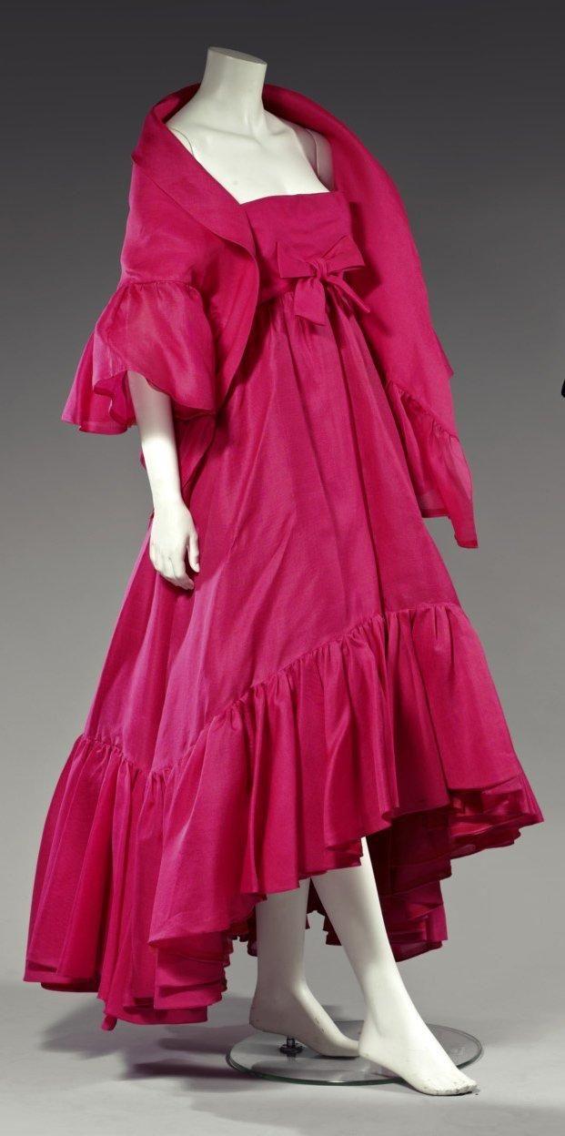 """Cristobal BALENCIAGA Robe du soir et cape Haute couture, vers 1960 (attribué à). Gazar de soie rose fuschia, bustier baleiné à taille haute, jupon à effet """"queue de paon""""en tulle rose foncé et ruban de… - Thierry de Maigret - 22/11/2011"""