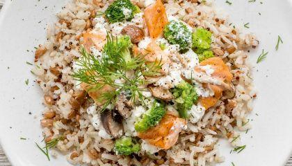 Bruine rijst, spelt en quinoa met zalm, broccoli en champignons