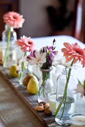 テーブルを彩るお花もお忘れなく。 大きな花瓶に飾らなくても、小さな瓶に一輪挿しささやかに飾るのも素敵です。