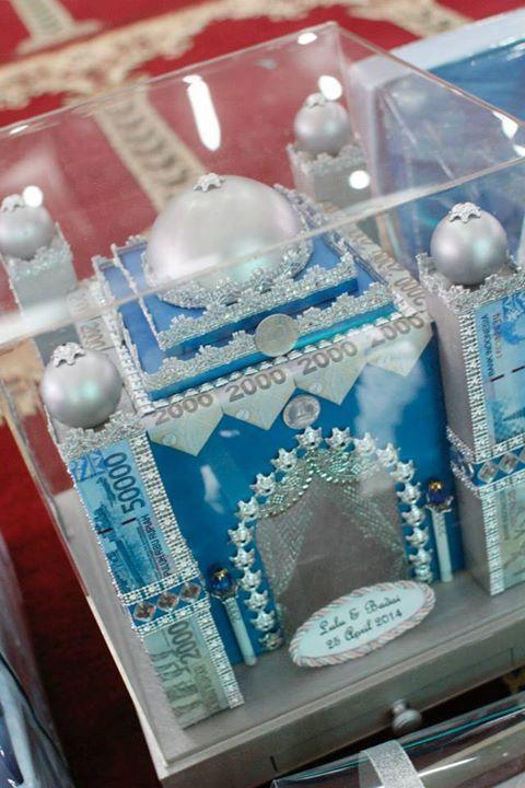 Dalam pernikahan adat di Indonesia, mas kawin berupa uang biasanya dirangkai menjadi semacam hiasan. Seperti mas kawin berikut ini yang dirangkai menjadi miniatur atau pajangan berbentuk masjid.