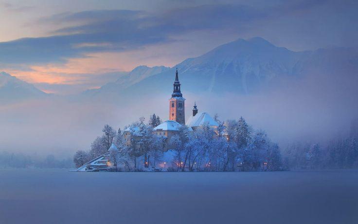 Niché dans les Alpes Juliennes de Slovénie, le lac de Bled est sans doute l'un des plus beaux lacs d'Europe. Dirigez-vous vers le nord-ouest de ce petit pays et explorez la nature immaculée de la région.
