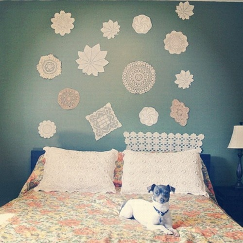 Love the doilies on the wall.