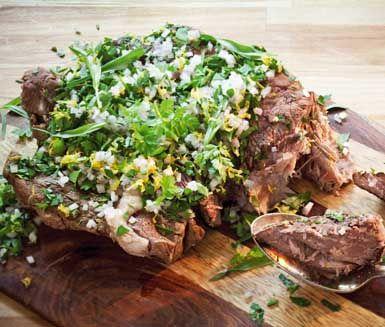 Om du vill ha ett otroligt saftigt, mört och smakrikt kött ska du testa det här receptet på långkokt högrev. Det du behöver är tid, en bit högrev, morot, lök, torrt vin och lite kryddor så får du ett fantastiskt och oklanderligt gott kött!