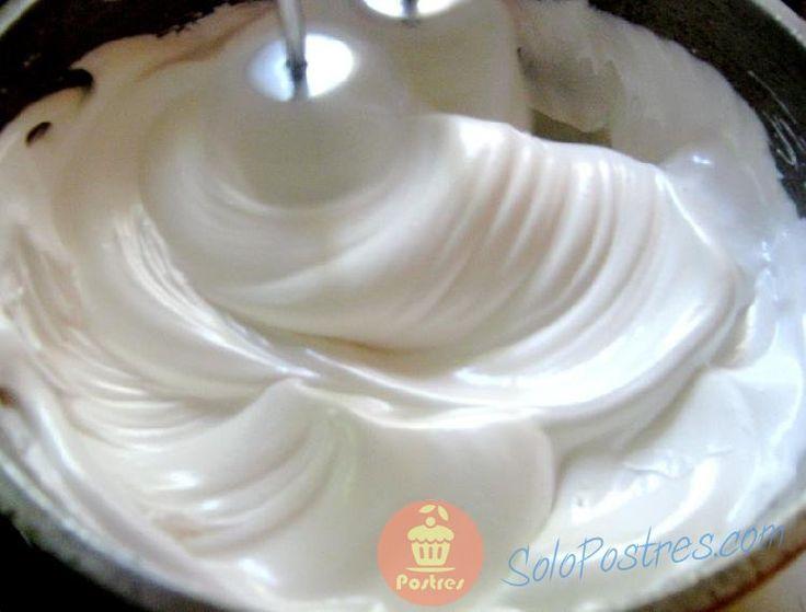Este merengue queda con la consistencia necesaria para decorar una torta.