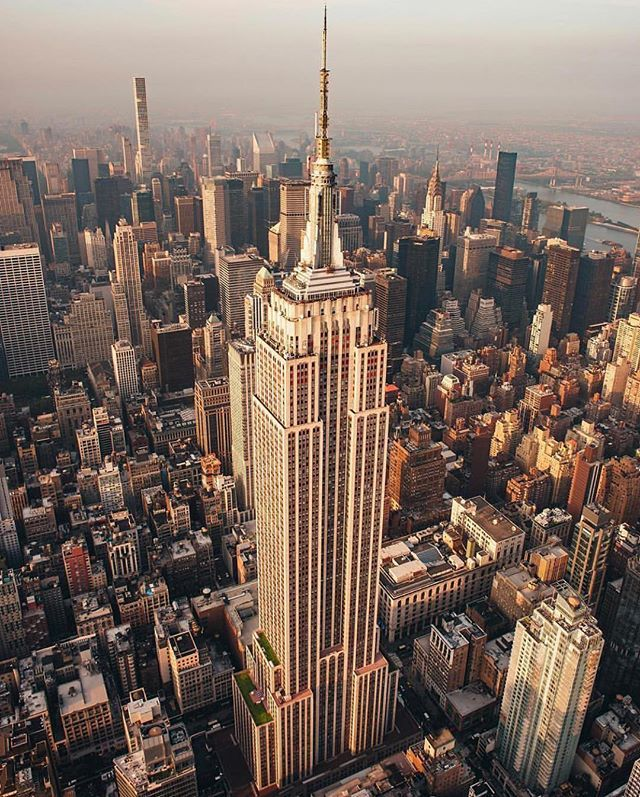 Bon Lundi Avec Lempire State Building En Fond Décran Basglaap Empire Empire State Building Outdoor Travel