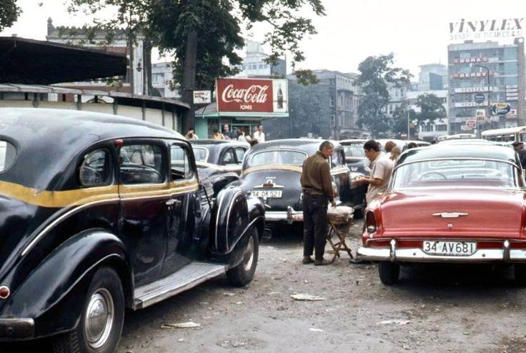 1970'lerde İstanbul'da bir dolmuş durağı. Istanbul taxis 1970's