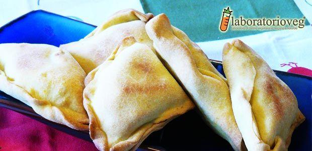 Questi samosa sono una completa invenzione della sottoscritta, infatti, si allontanano parecchio dai samosa che trovate nei ristoranti indiani. Il ripieno è stato fatto con patate e broccoli, ovvero con quello che avevo in casa. :-) La pasta si prepara in poco tempo ma se preferite potete utilizzare della pasta brisè veg confezionata dopo averla…