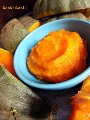 Il puré di zucca è una base per tantissime ricette come i muffin, le torte e le zuppe. Anche se oggi è possibile sempre più facilmente comprare il purè pronto in scatola, non c'è niente di più semplice che preparare questa deliziosa crema arancione in casa.