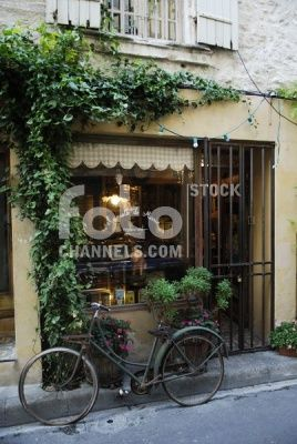 Old bicycle, flat tire, front, creeper plant growing, small restaurant, St. Rmy de Provence, Provence, France, Europe, Numer utworu: IBR0403751, Fotochannels