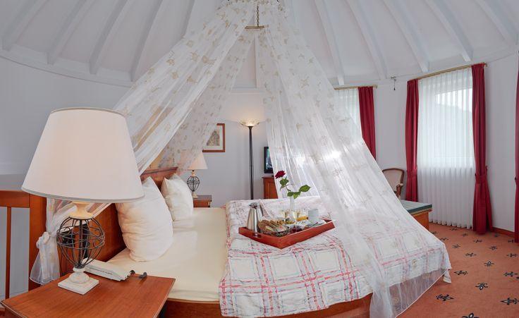 """Wohnen wie im Märchen. Die Turmsuite """"Beerenauslese"""" bietet alles, was Sie dafür brauchen.  Genießen Sie unsere geräumigen Suiten auf 2 Etagen und lassen Sie sich von uns verwöhnen. Gerade diese Suiten eignen sich besonders für eine wunderschöne Zeit zu zweit.  #hotel #hotelroom #hotelzimmer #wellness #romantik #kesslermeyer #mosel #cochem #hotelsuite #urlaub #holidays #vacation"""