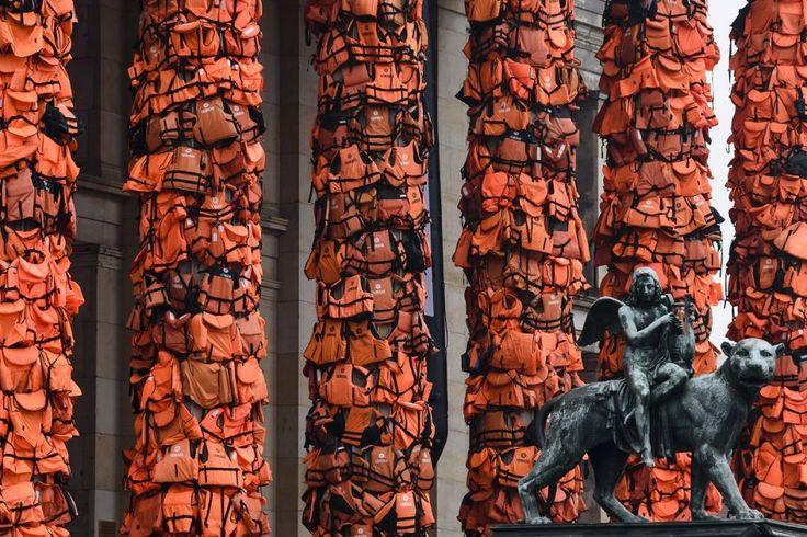 Un'installazione dell'artista cinese Ai Weiwei a #Berlino. I giubbotti di salvataggio appesi alle colonne della Konzerthaus appartenevano ai #migranti arrivati in Europa dal mare. Circa 80 mila #rifugiati vivono a Berlino, e la città si sta preparando per l'arrivo di altri 30 mila. #AiWeiwei #arte #immigrazione #Germania (© Getty Images)