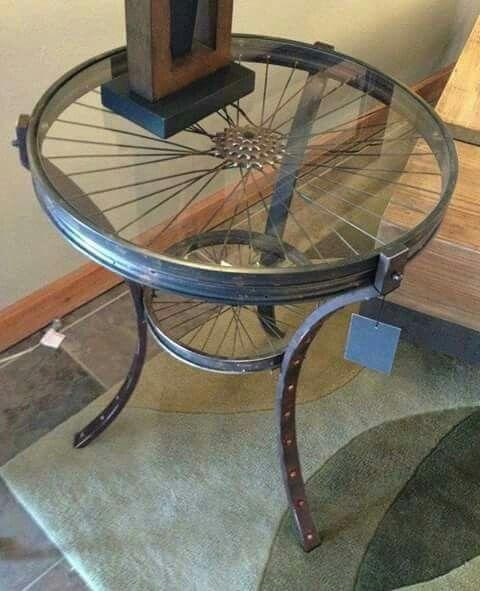 Mesa lateral com peças de bicicleta