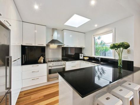 Modern u-shaped kitchen design using floorboards - Kitchen Photo 8953057
