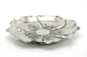 Decorated basin flower-shaped. #artigianato #madeinitaly #peltro #pewter