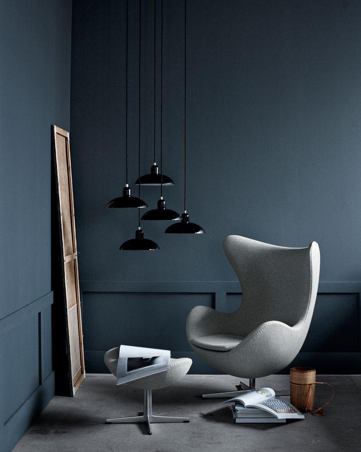 Deze ei-vormige stoel zorgt voor een verrassend contrast in een strakke omgeving.