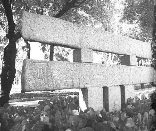 """""""Estela Monumental""""  Samuel Roman Rojas  Parque de las Esculturas- Santiago Chile 1985"""