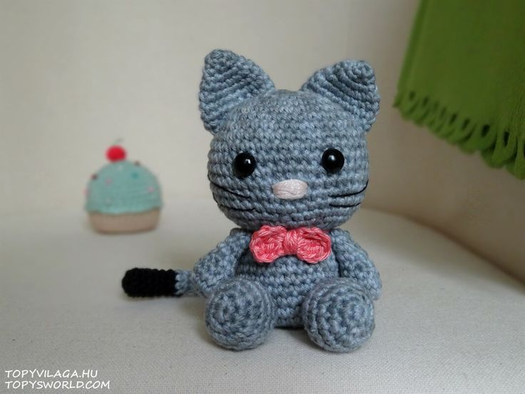 Egy nagyon kedves cicakedvelő ismerősömnek, Livinek készült az első horgolt macsekom. Livi cicájátMasninak hívják, innen kapta a nevét és ezért van pont masni a nyakában. Nem akartam kész leírásalapján...