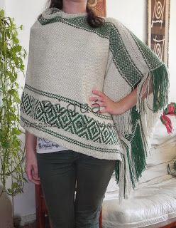 Poncho de diseño irregular. Realizado a telar con lana Profano, que le da un toque suave y una caída elegante.