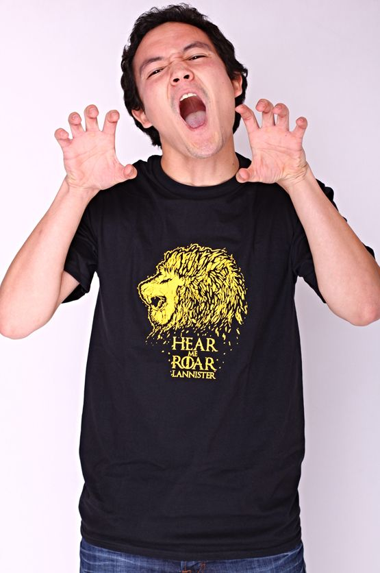 """Dit rechte model T-shirt voor mannen is gemaakt van voorgekrompen ringgesponnen katoen en heeft een opdruk met het symbool van het 'Huis Lannister'. Bekend van de HBO TV serie """"Game of Thrones"""" en de tekst: """"Hear me Roar"""". De hoge kwaliteit en goede verwerking zijn zichtbaar in de dubbele naden aan de mouwen en de zoom en de tweevoudig gelegde kraag in 1X1 ripp."""