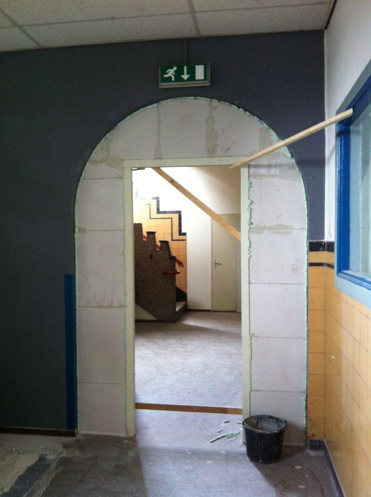 De toog in de gang op de begane vloer wordt dichtgemaakt met een deur tbv een nieuwe huurder beneden. Jammer...