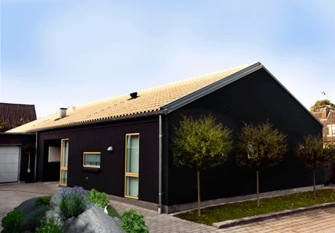 Svart är trendigt och snyggt. Kombinera med en accentfärg på dörr och fönsterfoder så blir resultatet riktigt läckert.