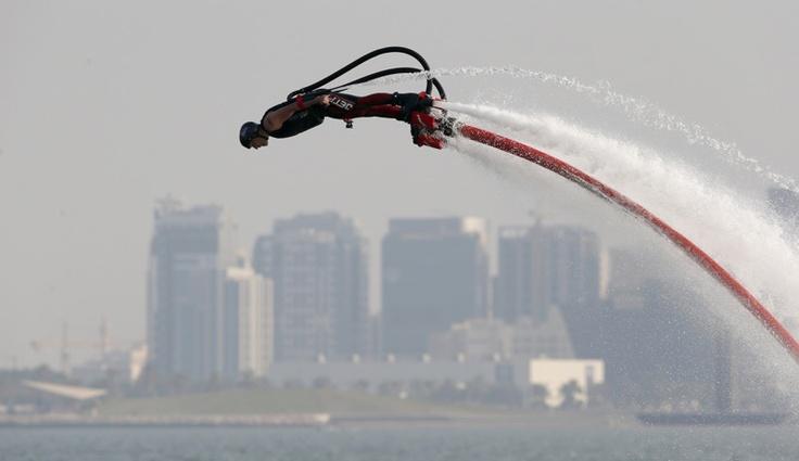 Peter Hendra de Australia participa en el Fly Board world championship disputado en Doha el 19 de octubre de 2012.