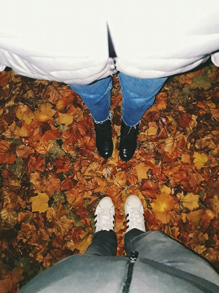I know that Christmas is the most wonderful time of the year, but Autumn I think it's the second most wonderful time! Cause you know, you just wear a jacket and you walk these streets with music in your ears! 🍁 #autumn #leaves #beautiful #colours #friend #music