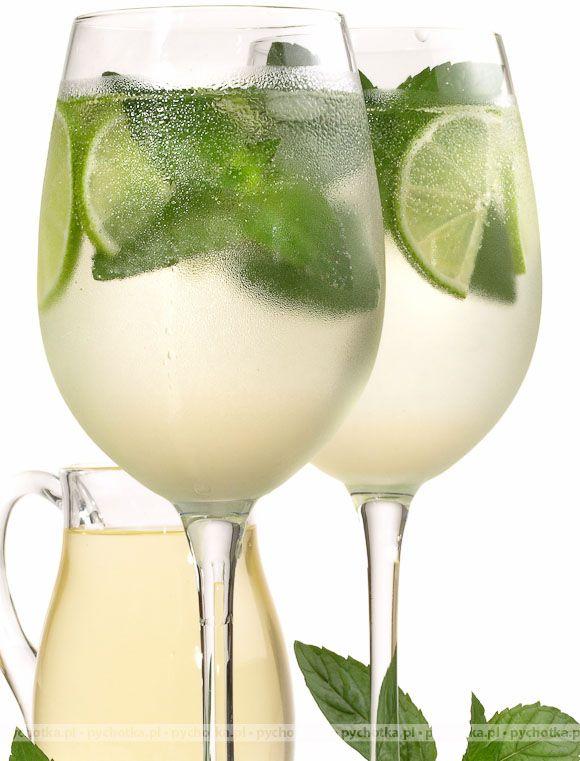 Drink z rumu, cukru trzcinowego, limonki i mięty  50 ml rum  1 tablespoon of sugar cane  1 lime  1 mint leaf
