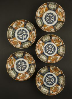 Imari rice bowl set. Meiji period (1868 - 1912) or later Daishoji set of five Imari rice bowls with decor of alternating panels displaying peacocks and floral scenes #antique #japaneseporcelain