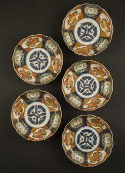 Imari rice bowl set. Meiji period (1868 - 1912) or later Daishoji set of five Imari rice bowls with decor of alternating panels displaying peacocks and floral scenes #antique #japaneseporcelain