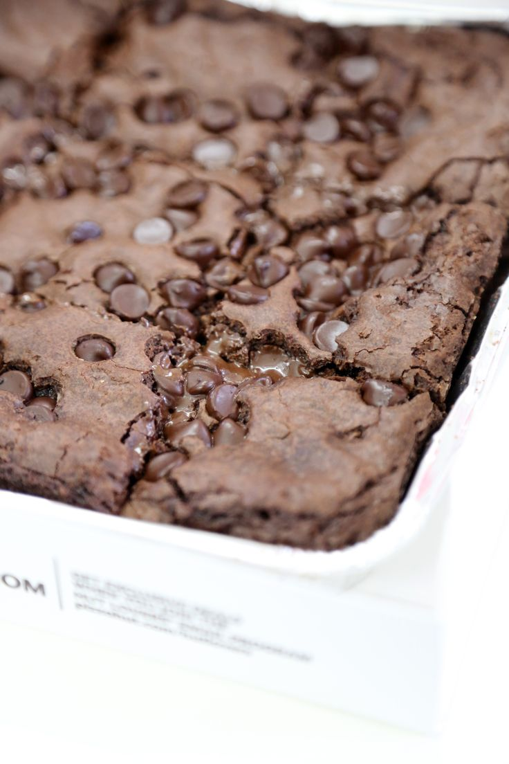 Newest to the Pizza Hut lineup is this eight-inch, gooey Triple Chocolate Hershey's Brownie ($6), made up of Hershey's cocoa, semisweet chocolate chips, and special dark chocolate chips. Pizza Hut sent us over a sample so we could polish our pizza slices off with a warm wedge of chocolaty goodness and determine if the sweet treat is worth ordering in the future.