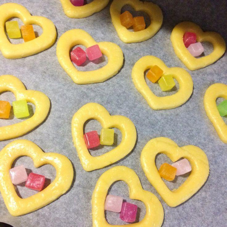 くり抜いたクッキーのなかでキラキラしたキャンディがとっても可愛いお菓子「ステンドグラスクッキー」。 お菓子作りに興味のある方であれば一度は必ず作ってみたいこのクッキーですが、「予め焼いたクッキーを取り出し、細かく砕いたキャンディーを入れ、再度オーブンで焼き上げる」といった独特な作り方に尻込みしてしま