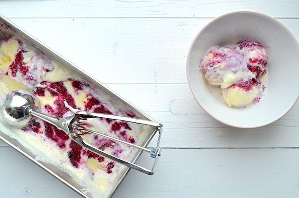 Cheesecake IJs, slechts 5 ingredienten en geen ijsmachine nodig. Zie hier het recept: http://www.uitpaulineskeuken.nl/2013/08/cheesecake-ijs-met-rood-fruit-zonder-ijsmachine.html