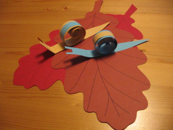 herfst; de slakken zijn gemaakt van opgerolde strookjes papier. Strak oprollen en dan loslaten geeft het effect van een spiraal voor het slakkenhuis