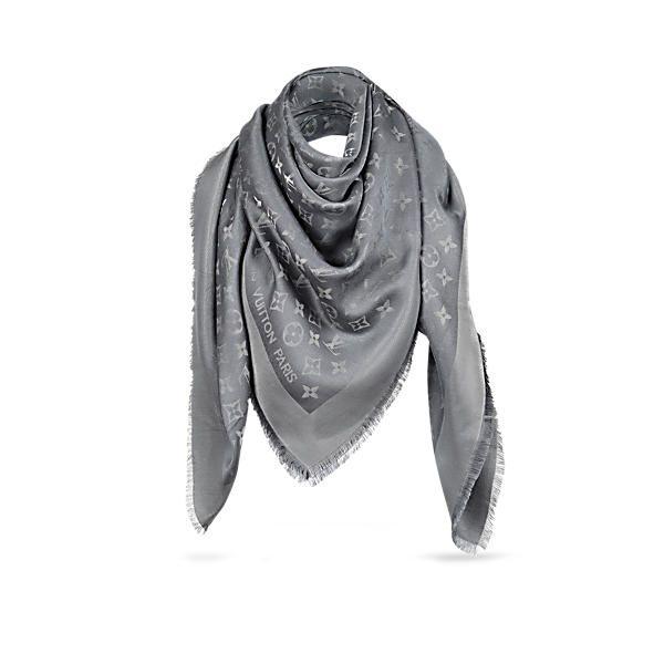 Entdecken Sie Monogram Tuch  Dieses Ton-in-Ton mit dem Monogram-Muster bedruckte Tuch aus Seide und Wolle ist weich und warm zugleich. Das in einem klassischen, zeitlosen Stil gehaltene Tuch ist mit der Louis Vuitton Paris Signatur versehen.